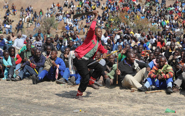 FILE PIC: Striking mine workers in Rustenburg. Picture: AFP PHOTO / STRINGER.