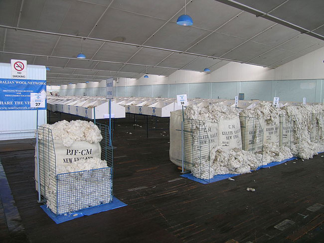 1PP bale on left with other bales of wool in a traditional display, Newcastle, NSW wool sales. Image courtesy of WikiMedia Commons.