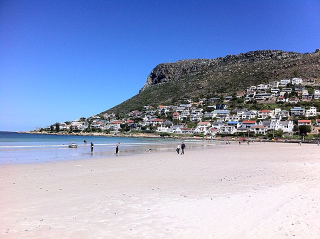 FILE PIC. The beach in Fish Hoek, by False Bay on the Cape Peninsula in Cape Town, South Africa. Image courtesy Wikimedia Commons (Rotsee)