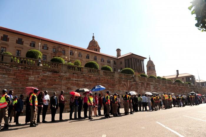 More than 20 000 queue to see Mandela