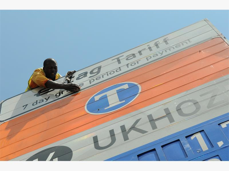 FILE PICTURE: An e-toll pricing sign is cleaned along the N1 in Florida, Johannesburg. Picture: Alaister Russell.