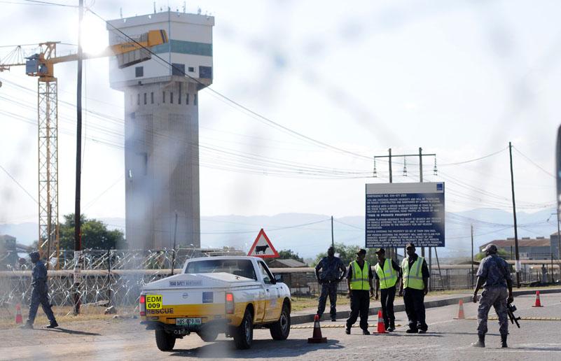 FILE PICTURE: Armed securitu guards man the gates at Lomin mine in Marikana outside Rustenburg. Picture: Nigel Sibanda