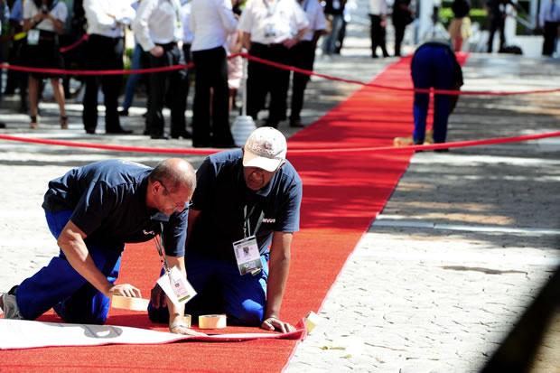 Volunteers to line red carpet