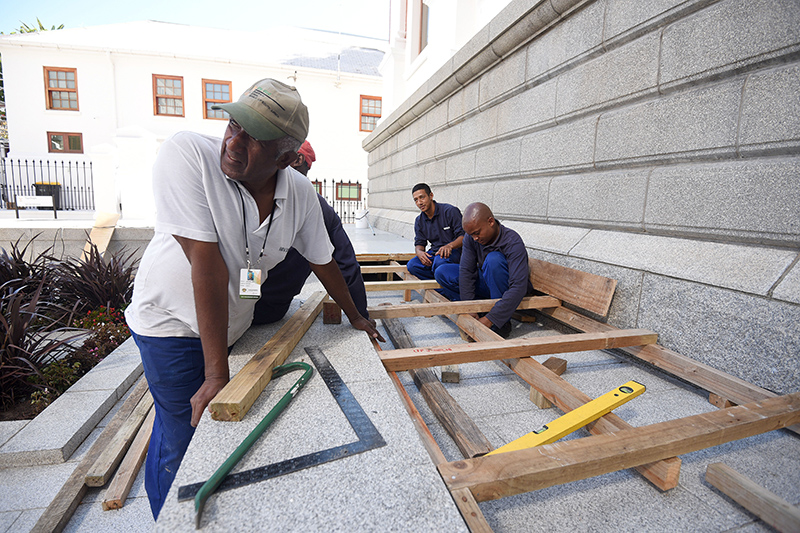 FILE PICTURE: Workers prepare the band stage on the steps of parliament in Cape Town, 11 February 2015. Picture: Refilwe Modise
