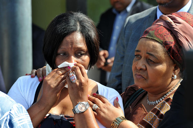 FILE PICTURE: Minister of Environmental Affairs Edna Molewa comforts Deputy Minister of Public Service and Administration, Ayanda Dlodlo at Chabane home, Pretoria. (Photo: DoC)