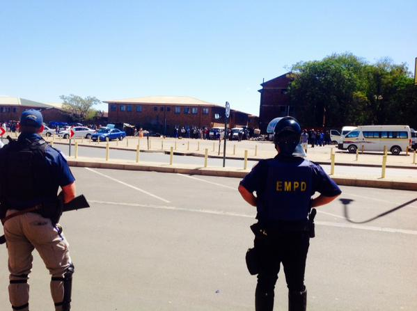 EMPD at the scene of looting on the East Rand. Pic: @KristoffDJ /Twitter