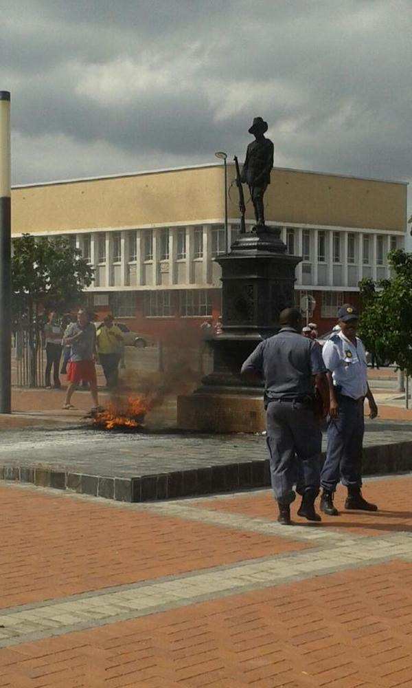 A statue burnt down by alleged EFF members, Picture: ItsmeSbu twitter