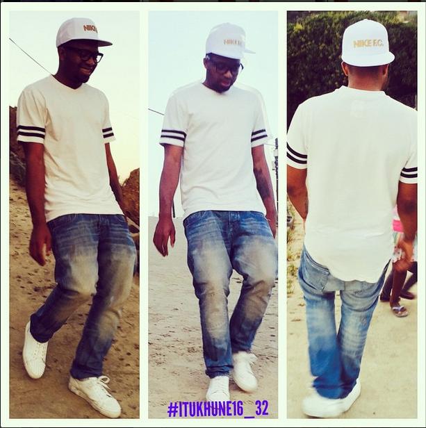 Former Kaizer Chiefs goalkeeper Itumeleng Khune walking on the beach. Instagram.