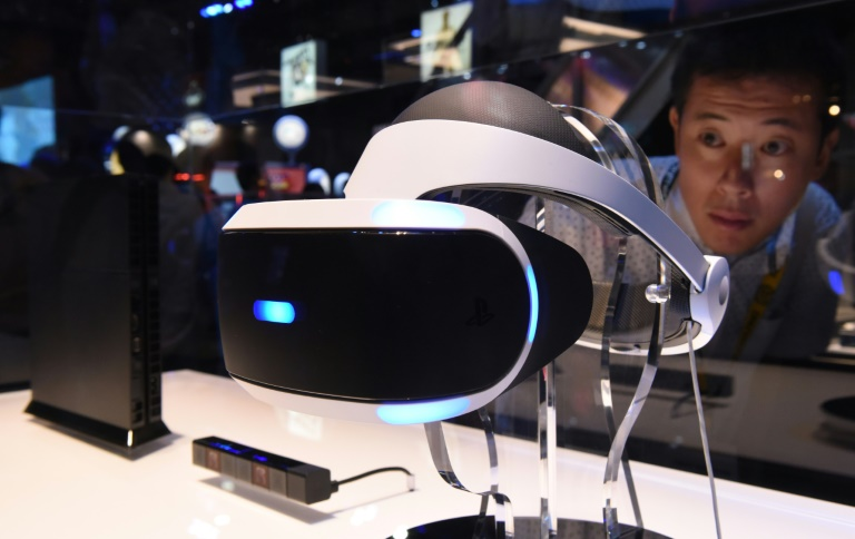"""AFP / Toru Yamanaka<br />A man looks at Sony's virtual reality head gear """"PlayStation VR"""" during the Tokyo Game Show in Chiba on September 17, 2015"""