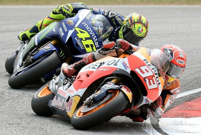AFP/File / Manan Vatsyayana<br />Movistar Yamaha MotoGP's Italian rider Valentino Rossi (L) chases Repsol Honda Team's Spanish rider Marc Marquez (R) during the 2015 MotoGP Malaysian Grand Prix at the Sepang International Circuit on October 25, 2015