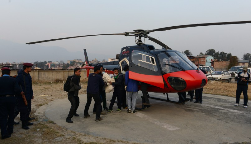 Nepalese men carry bodies of airplane crash victims after they were airlifted by helicopter to a hospital in Kathmandu on February 25, 2016. Emergency workers have recovered bodies of all 23 on board the Tara Air aeroplane, including a Chinese national and a Kuwaiti, who were killed when a flight from Pokhara to Jomsom crashed in Myagdi, a mountainous district some 220 kilometres (160 miles) west of Kathmandu. AFP PHOTO / Prakash MATHEMA / AFP / PRAKASH MATHEMA