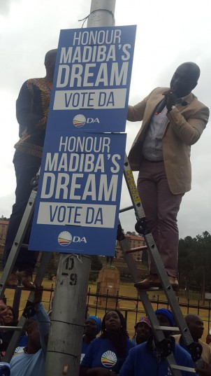 """DA leader Mmusi Maimane (left) and Tshwane mayoral candidate Solly Msimanga (right) unveiling the """"Honour Madiba's dream, vote DA"""" campaign posters outside the Union Buildings perimeter fence in Tshwane. Photo: Jonisayi Maromo / ANA"""