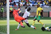 POLOKWANE, SOUTH AFRICA - NOVEMBER 12: Itumeleng Khune of South Africa and Sadio Mane of Senegal during the 2018 FIFA World Cup Qualifier match between South Africa and Senegal at Peter Mokaba Stadium on November 12, 2016 in Polokwane, South Africa. (Photo by Lefty Shivambu/Gallo Images)