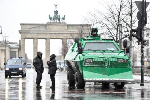 Police with machine guns in Berlin.