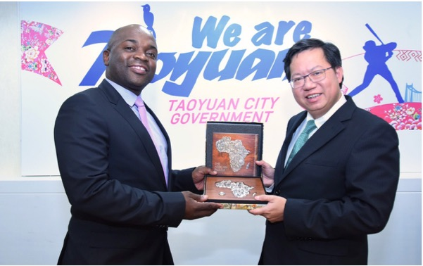 Tshwane Executive Mayor Solly Msimanga presents the Mayor of Taoyuan City, Cheng, Wen-tsan, with a gift during their meeting. Picture: Supplied