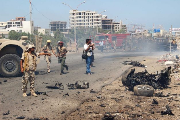Suicide bomber kills five at gate of Yemen army base