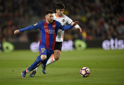 Barcelona's Argentinian forward Lionel Messi (L) vies with Valencia's Argentinian midfielder Enzo Perez (R) during the Spanish league football match FC Barcelona vs Valencia CF at the Camp Nou stadium in Barcelona on March 19, 2017. / AFP PHOTO / LLUIS GENE