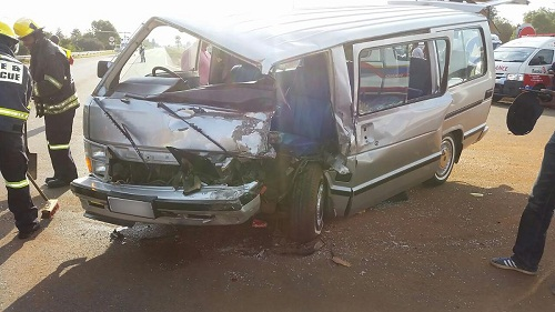 Taxi and bakkie collide, leaving nine injured and one