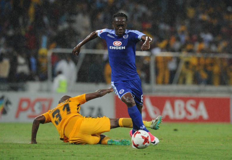 Reneilwe Letsholonyane of Supersport United evades a tackle from Willard Katsande of Kaizer Chiefs. (Sydney Mahlangu /BackpagePix)