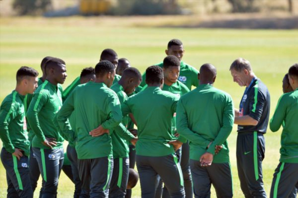 Stuart Baxter speaks to the players during the South Africa National team training. (Photo by Lefty Shivambu/Gallo Images)