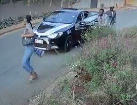 Noxolo Ntuli runs away from robbers who attacked her. Image: Screenshot via Youtube