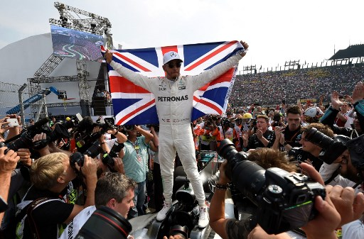 Mercedes' British driver Lewis Hamilton celebrates after winning his fourth Formula One world title despite finishing the Mexican Grand Prix in ninth place, at the Hermanos Rodriguez circuit in Mexico City on October 29, 2017. / AFP PHOTO / Alfredo ESTRELLA