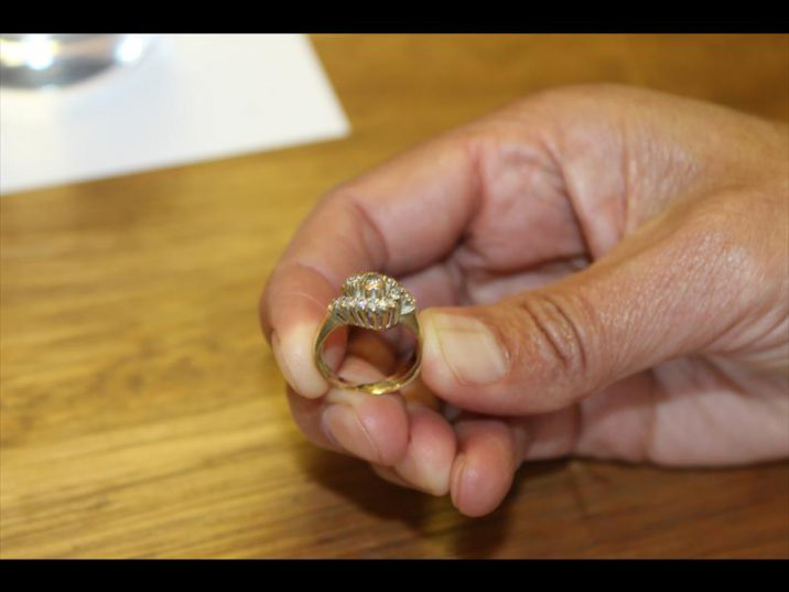 The woman warns residents of two scammers going around the community stealing jewellery under false pretences.