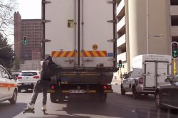 WATCH: Brave rollerblader hitches a ride in Joburg, runs away from cops