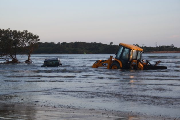 A Land Rover got stuck in clay sand. PHOTO: The Zululand Observer.