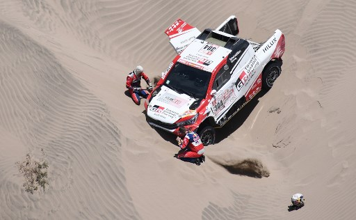 Toyota's driver Giniel De Villiers of South Africa and his co-driver Dirk Von Zitzewitz of Germany are pictured during Stage 4 of the Dakar 2018, in and around San Juan De Marcona, Peru, on January 9, 2018. / AFP PHOTO / FRANCK FIFE