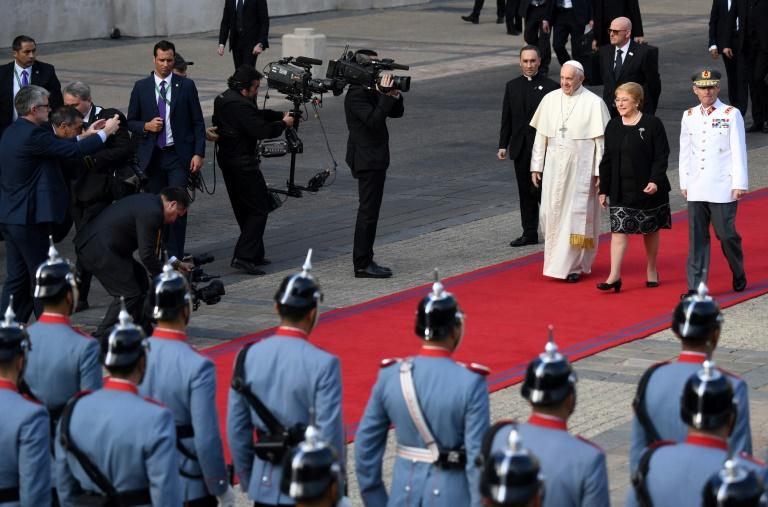 La presidenta de Chile, Michelle Bachelet, recibe al Papa Francisco en Santiago