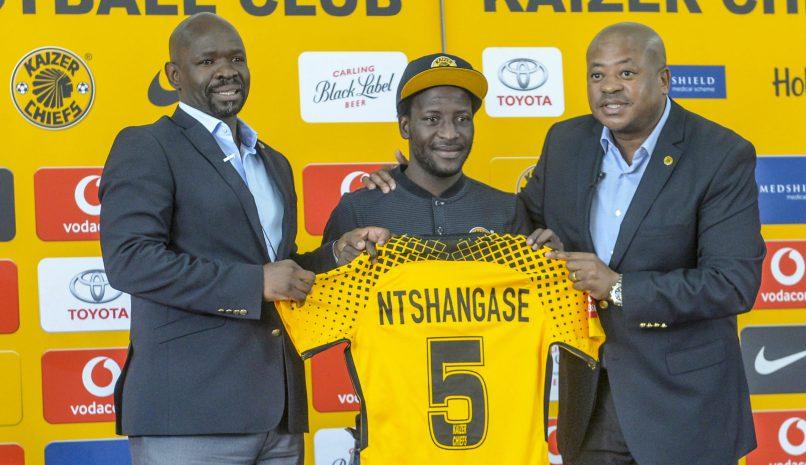 Siphelele Ntshangase with Kaizer Chiefs coach Steve Komphela and football manager Bobby Motaung. (Gallo Images)