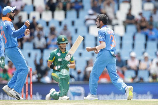 Indian bowler Yuzvendra Chahal (R) celebrates the dismissal of outh African batsman JP Duminy (C) during the second One Day International cricket match between South Africa and India at Centurion cricket ground on February 4, 2018 in Centurion.  / AFP PHOTO / GIANLUIGI GUERCIA
