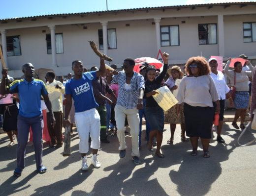 KwaDlangezwa community protesters approaching the Unizulu main gate Photo by Muzi Zincume