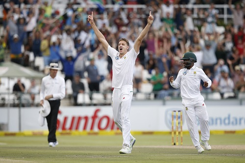 South African bowler Morne Morkel (L) celebrates with teammate Temba Bavuma after the dismissal of Australian batsman Josh Hazelwood and victory on the fourth day of the third Test cricket match between South Africa and Australia at Newlands Cricket Ground in Cape Town on March 25, 2018. / AFP PHOTO / GIANLUIGI GUERCIA