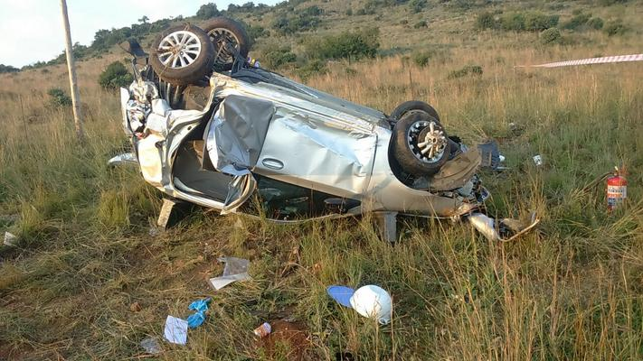 One person was killed and four others were injured, three seriously, when a car veered out of control and rolled on the R54 Villiers Road in Vaal Marina in Gauteng. Photo: ER24