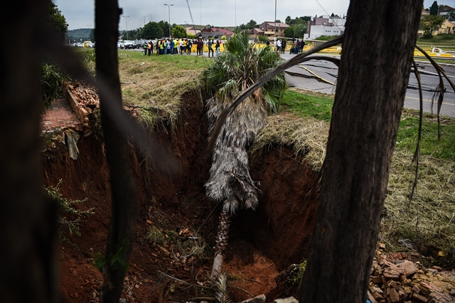 A massive sinkhole is seen pictured along the R55 outside Laudium that has been sinking deeper over the easter weekend, 2 April 2018, Pretoria. Picture: Jacques Nelles