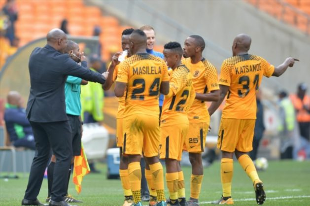 Steve komphela speak to Kaizer Chiefs players during the Absa Premiership match between Kaizer Chiefs and Platinum Stars at FNB Stadium on April 15, 2018 in Johannesburg, South Africa. (Photo by Lefty Shivambu/Gallo Images)