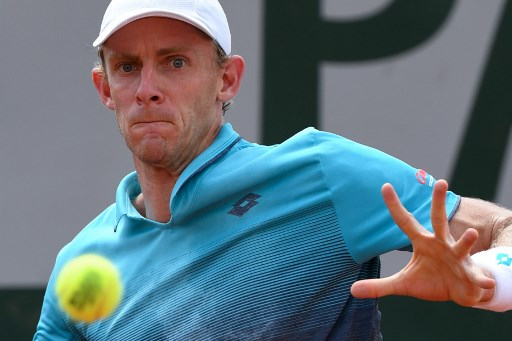 South Africa's Kevin Anderson returns the ball to Uruguay's Pablo Cuevas during their men's singles second round match on day five of The Roland Garros 2018 French Open tennis tournament in Paris on May 31, 2018. / AFP PHOTO / Eric FEFERBERG