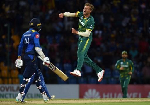 South Africa's Willem Mulder (C) celebrates after he dismissed Sri Lankan cricketer Upul Tharanga (L) during the fourth One Day International (ODI) cricket match between Sri Lanka and South Africa at the Pallekele International Cricket Stadium in Pallekele on August 8, 2018. / AFP PHOTO / Ishara S. KODIKARA