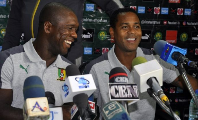 Newly appointed Cameroon coach, former Dutch international footballer Clarence Seedorf (L) and former teammate  Patrick Kluivert address a press conference in Yaounde on August 20, 2018. / AFP PHOTO / Reinnier KAZE