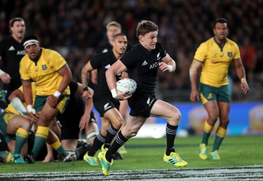 New Zealand's Beauden Barrett runs away for a try during the second rugby Test match between New Zealand and Australia at Eden Park in Auckland on August 25, 2018. / AFP PHOTO / MICHAEL BRADLEY