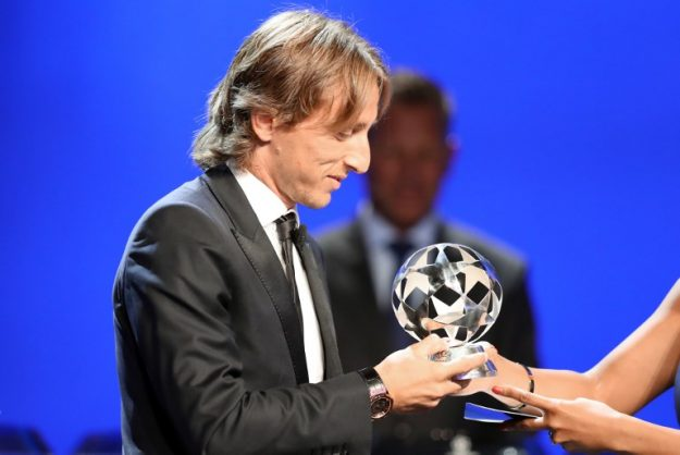 Real Madrid Croatia's midfielder Luka Modric receives the UEFA champions league midfielder of the season award during the draw for UEFA Champions League football tournament at The Grimaldi Forum in Monaco on August 30, 2018. / AFP PHOTO / Valery HACHE