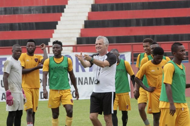 Zoran Manojlovic (C), head coach of Angolan football club Primeiro de Agosto, attends a training session with his players on September 30, 2018 in Luanda. Having toppled African club football giants TP Mazembe, Angolan outfit Primeiro Agosto are hoping to become the first CAF Champions League finalists from Angola. / AFP PHOTO / JOAO DE FATIMA