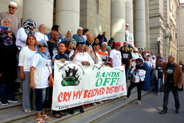 Protesters at the land claims court case between the D6WC and the South African Government in the Western Cape. Image: Twitter/@UniteBehind