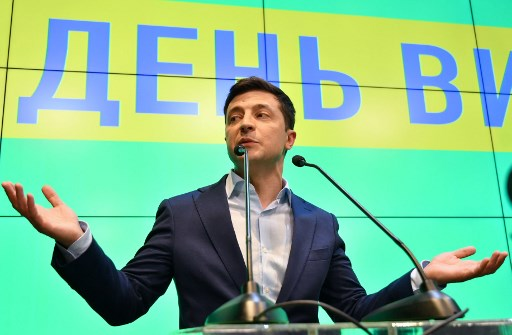Ukrainian comedian and presidential candidate Volodymyr Zelensky speaks to the media during press conference at his campaign headquarters in Kiev on April 21, 2019,  after the announcement of the first exit poll results in the second round of Ukraine's presidential election, that showed him as the winner (Photo by Genya SAVILOV / AFP)