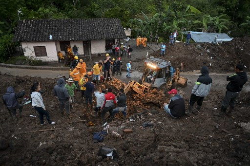 Rescue workers search for victims after a landslide in Rosas, Valle del Cauca department, in southwestern Colombia, on April 21, 2019. -(Photo by LUIS ROBAYO / AFP)