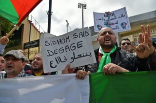 Algerians rally to demand top union chief resign
