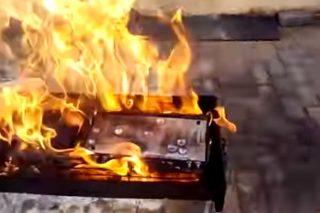WATCH: Steve Hofmeyr supporters braai their DStv decoders in protest