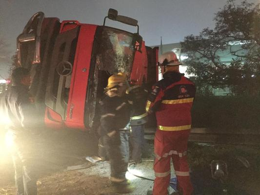 May 25 - A 35-year-old truck driver died after he lost control of his truck and the vehicle overturned on the N3, near the Armitage Road turn-off just north of Pietermaritzburg early on Saturday morning. Photo: ER24